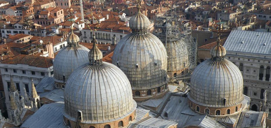 乘直升机于空中俯瞰整个威尼斯的美景