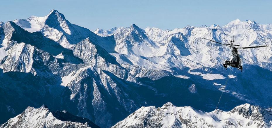 升机俯瞰多罗米蒂山脉
